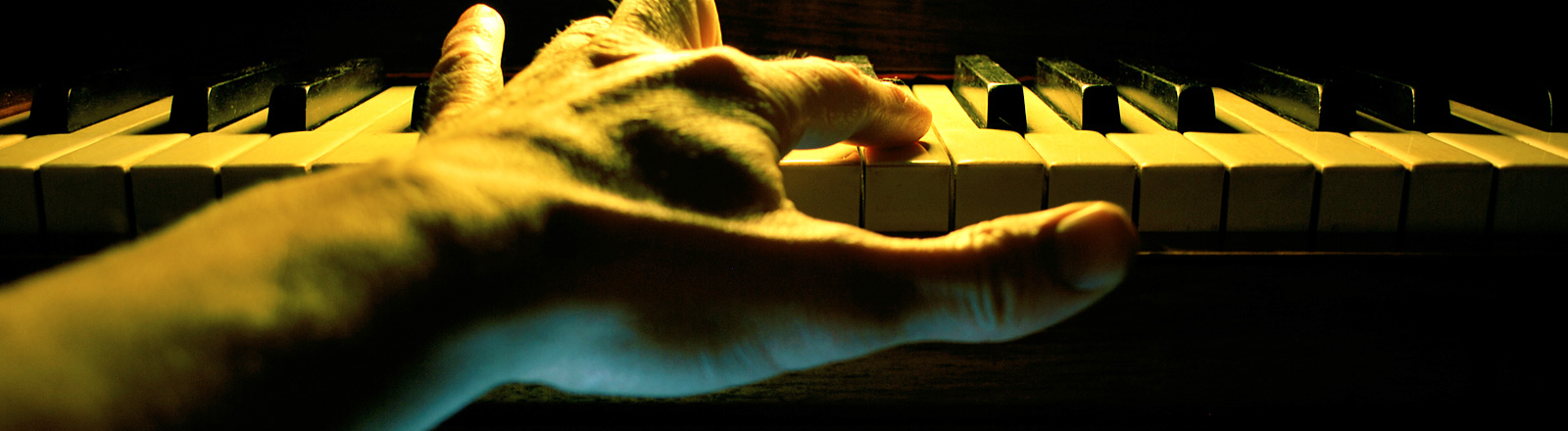 Eine klavierspielende Hand