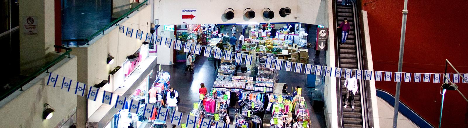 Blick auf Rolltreppen und Geschäfte
