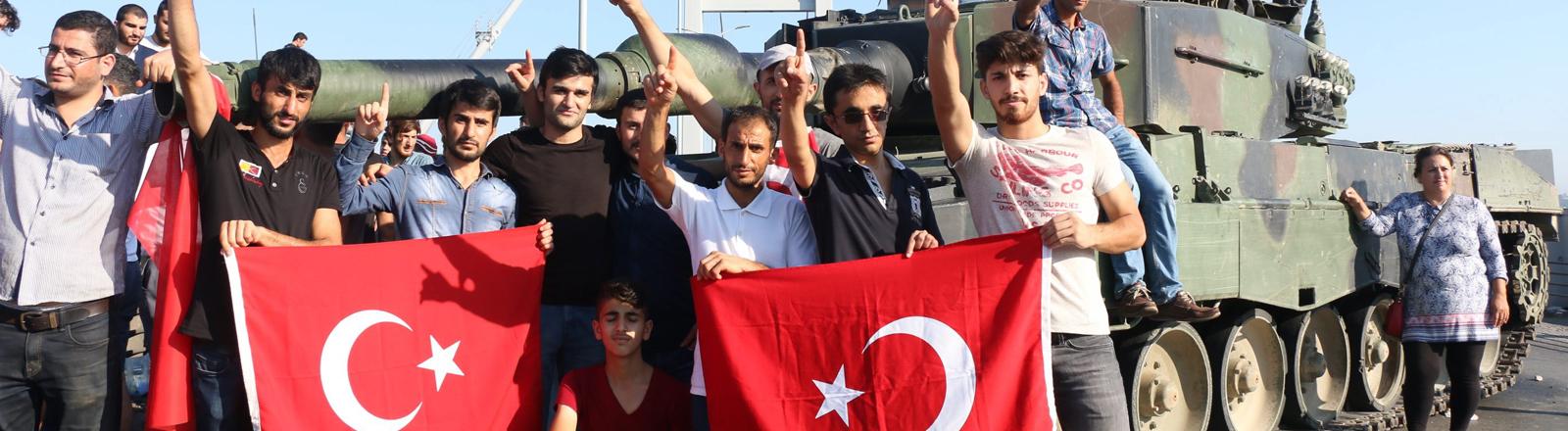 Türken vor einem Panzer