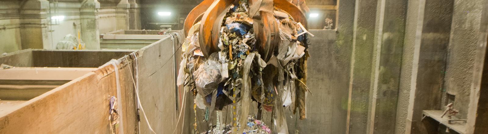 Greifarm mit Müll