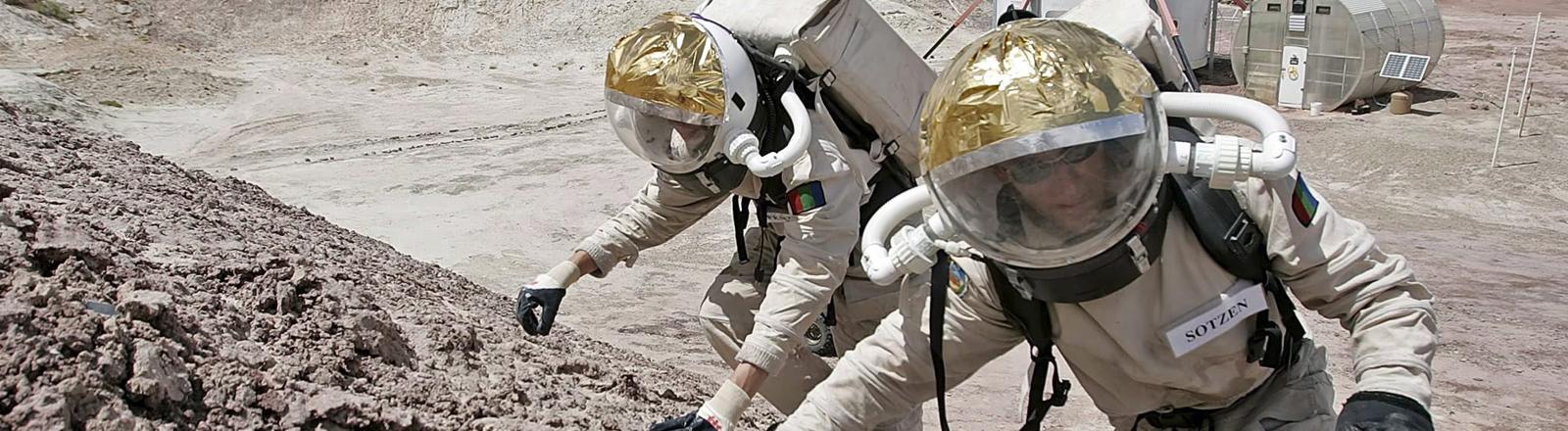 Zwei Menschen in Raumanzügen