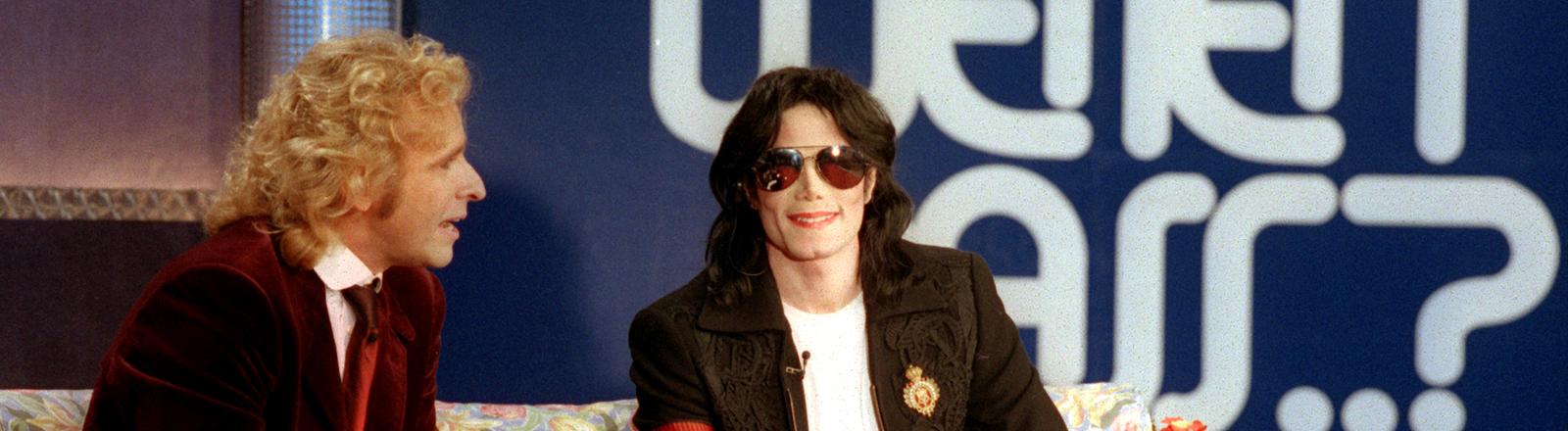 """Eine Samstagabendshow mit richtig großen Momenten: Der King of Pop 1999 auf dem """"Wetten dass...?"""" Sofa."""