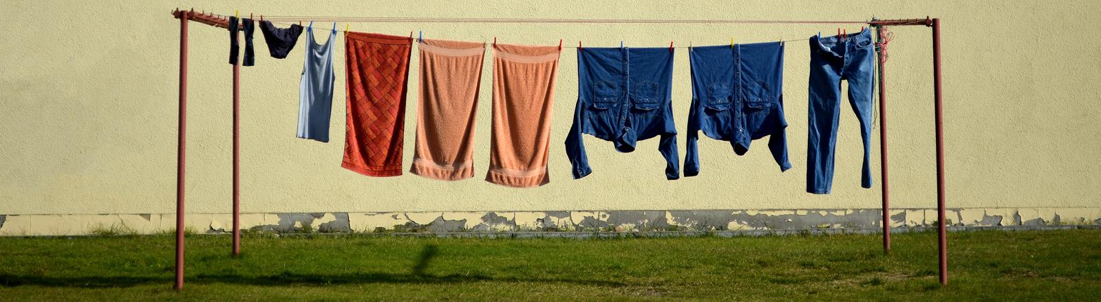 Wäsche auf einer Leine.