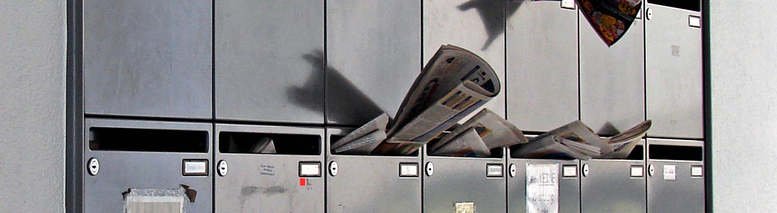 Zeitungen in einem Briefkasten