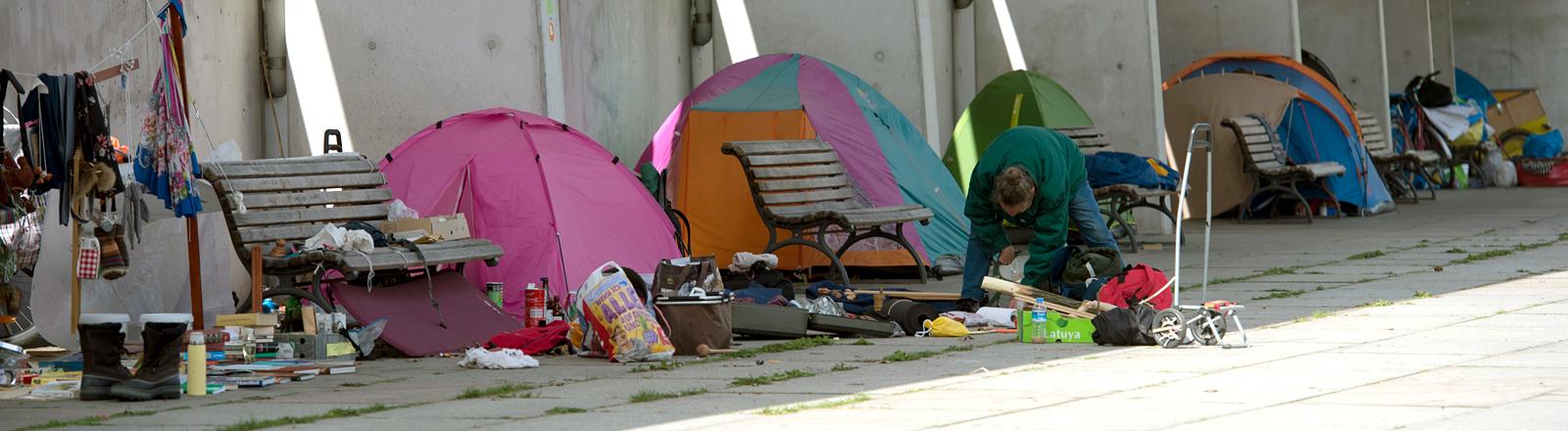 Zelte stehen in einer Reihe