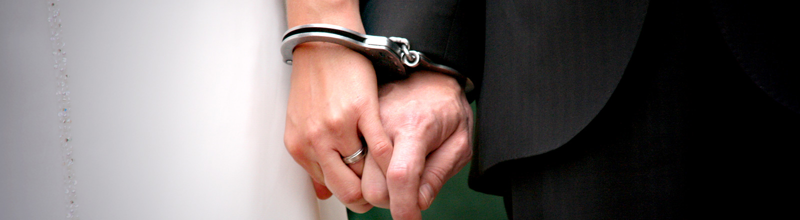 Braut und Bräutigam in Handschellen
