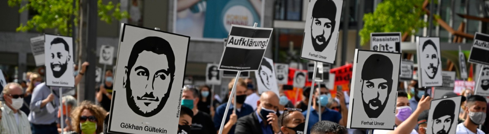 Demonstration im Gedenken an die Opfer des Anschlags von Hanau auf dem Freiheitsplatz in Frankfurt am Main.