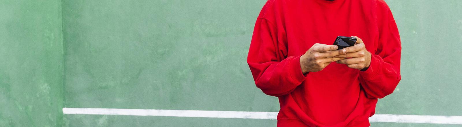 Handynutzer mit Pullover