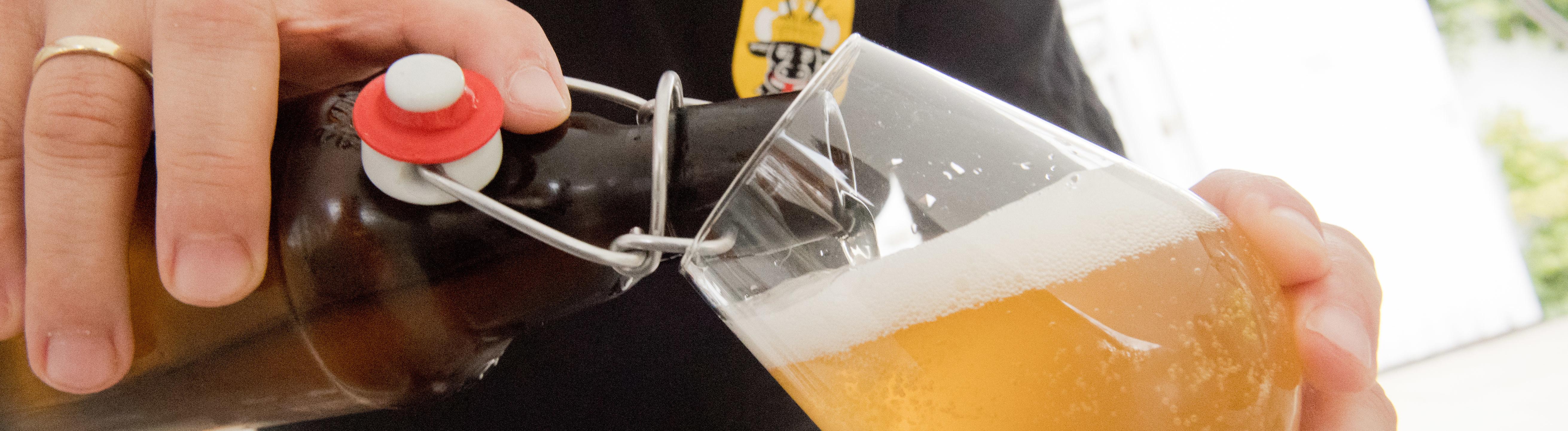 Mecklenburg-Vorpommern, Greifswald: Dosenbier oder industrielle Flaschenbiere kommen dem 46-Jährigen Greifswalder Jan Evermann so gut wie nie ins Glas. Immer mehr Hobbybrauer brauen in Kellern, Küchen und Garagen ihr eigenes Bier. Die Flaschen der Marke Eigenbräu, - ein Ale oder Weizen - lagert Evermann in seinem Getränke-Kühlschrank im Gartenhaus. Maximal 75 Liter Bier braut sich Evermann mit einem Braugang zusammen – ausreichend für den Eigenbedarf.