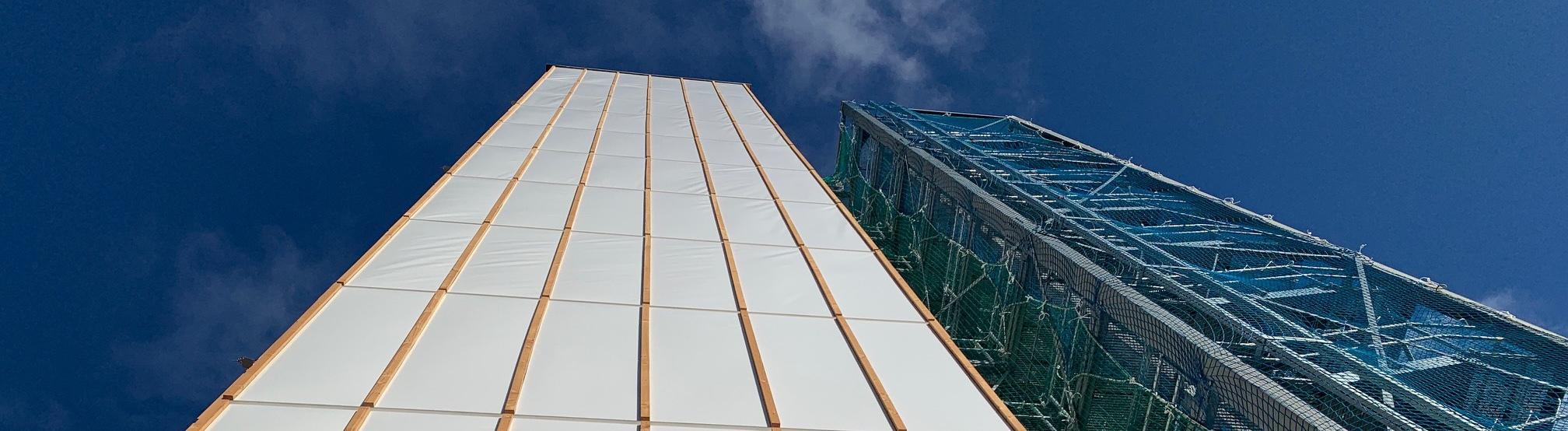 Das adaptive Hochhaus in der Bauphase von unten aufgenommen