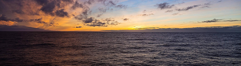 Sonnenaufgang in der Drake-Passage, Drakestrasse. Als Drakestrasse wird die Meeresstrase zwischen der Suedspitze Suedamerikas (Kap Hoorn) und der Nordspitze der antarktischen Halbinsel bezeichnet.