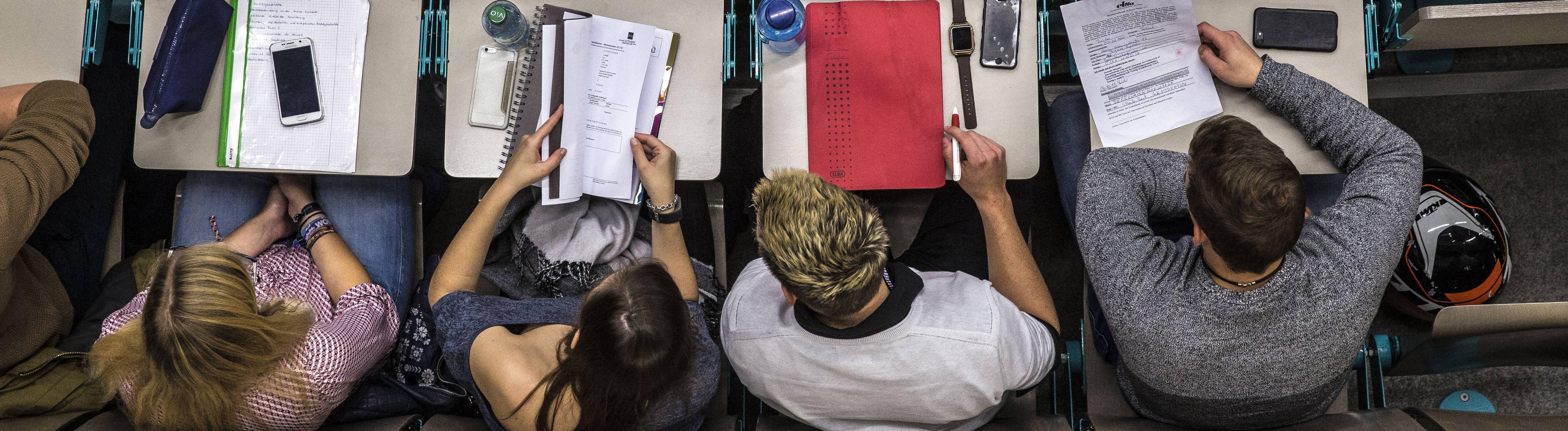 Erstsemester-Studenten verfolgen die Einführung in das Studium der Rechtswissenschaft,