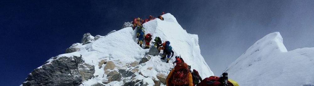 Bergsteiger in einer langen Reihe auf dem Mount Everest