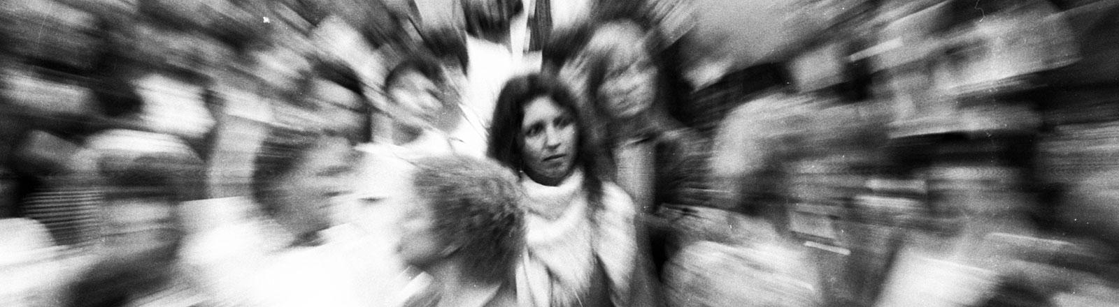 3000 Frauen und wenige Männer demonstrierten - aufgerufen vom DGB und anderen Organisationen - anlaesslich des Muttertages 1986 fuer die Rechte der Frauen.