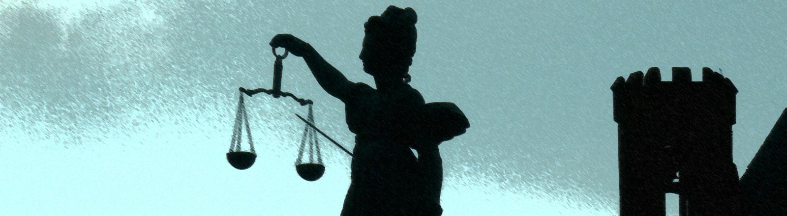 Die Statue der Justizia, die eine Waage in ihrer Hand hält.