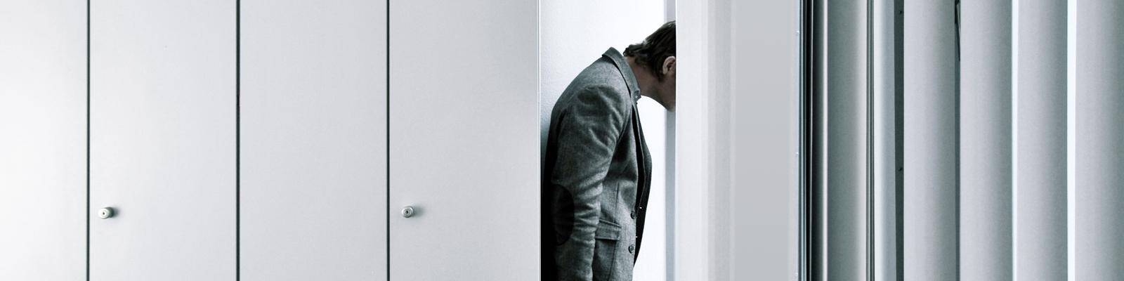Ein Mann schaut aus einem Bürofenster