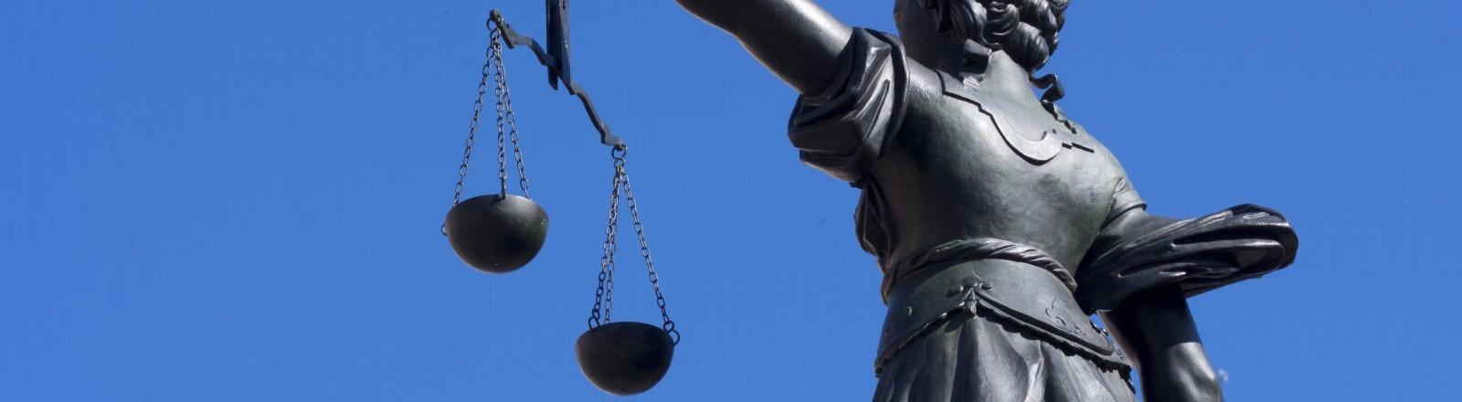 Statue der Justizia von hinten in Frankfurt am Main.