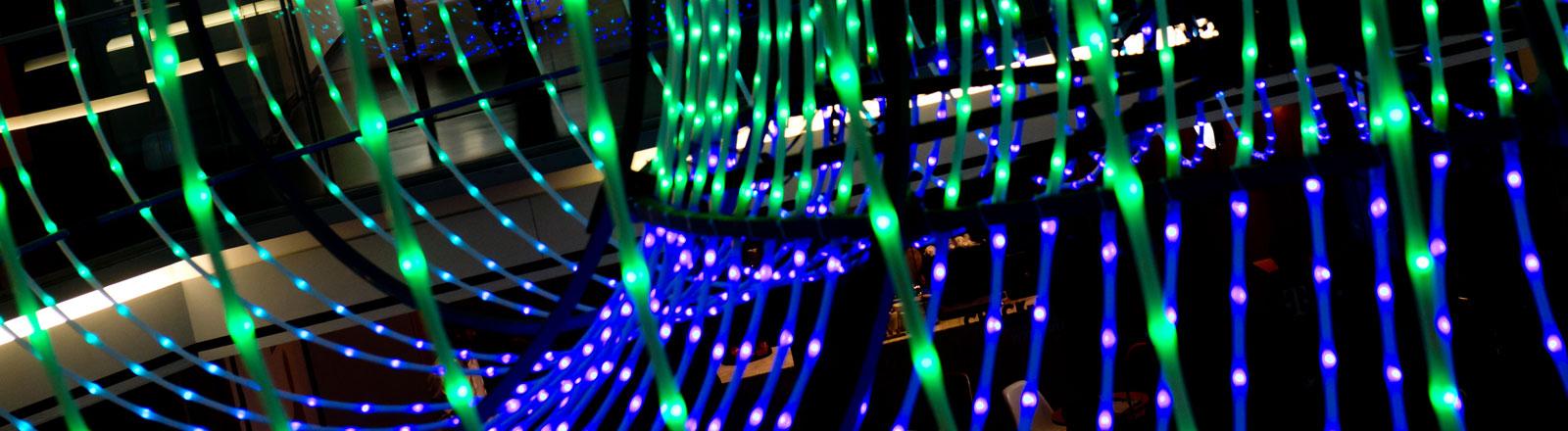 Eine Teilnehmerin der DLD (Digital-Life-Design) Konferenz in München (Bayern) betrachtet am 19.01.2014 kurz vor der Eröffnung der Konferenz eine Lichtinstallation.