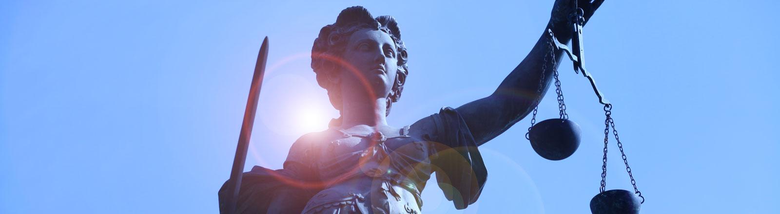 Die Göttin Justitia hält die Waage als Zeichen der Gerechtigkeit und das Richtschwert auf dem Gerechtigkeitsbrunnen auf dem Römer in Frankfurt am Main, aufgenommen am 03.04.2012.