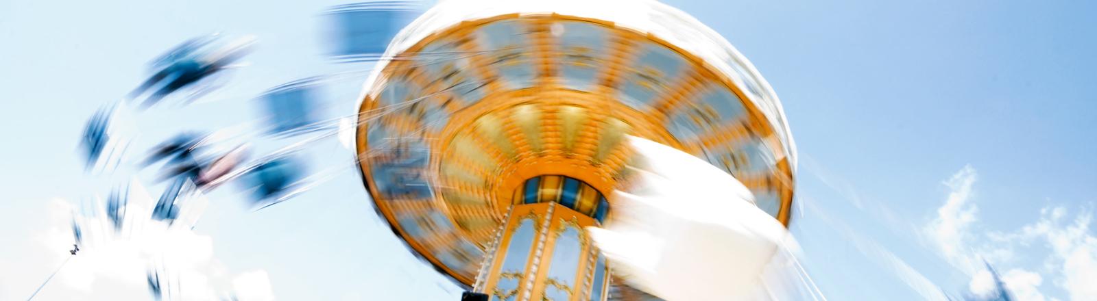 Immer schneller dreht sich das Karusell