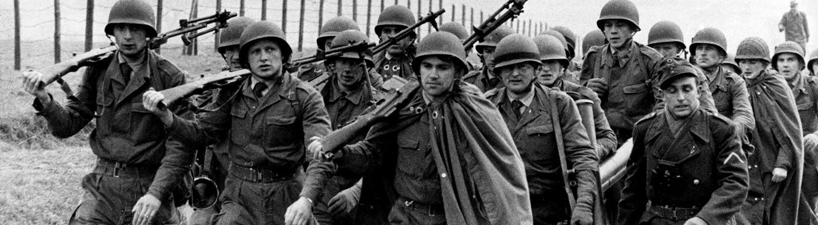 Ein Zug des Lehrbattaillons Andernach am 19.04.1956 im Gleichschritt auf dem Weg zur Waffenausbildung auf dem Truppenübungsplatz Pfaffendorf.