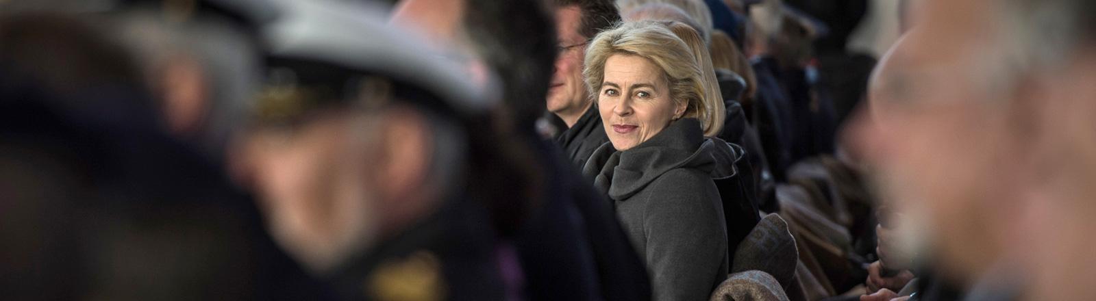 Bundesverteidigungsministerin Ursula von der Leyen sitzt am 07.01.2015 im Militärflughafen Köln-Wahn zwischen Gästen einer Veranstaltung; Bild: dpa
