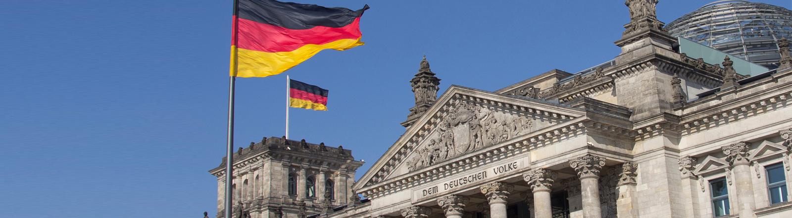 Der Reichstag vor blauem Himmel.