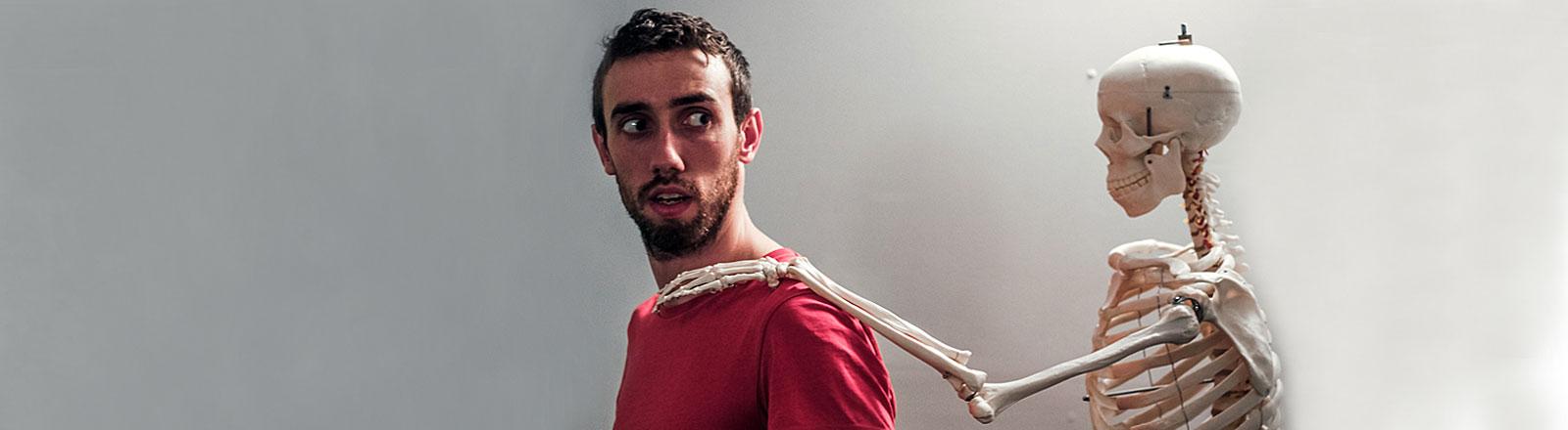 Skelett legt Mann Hand auf die Schulter