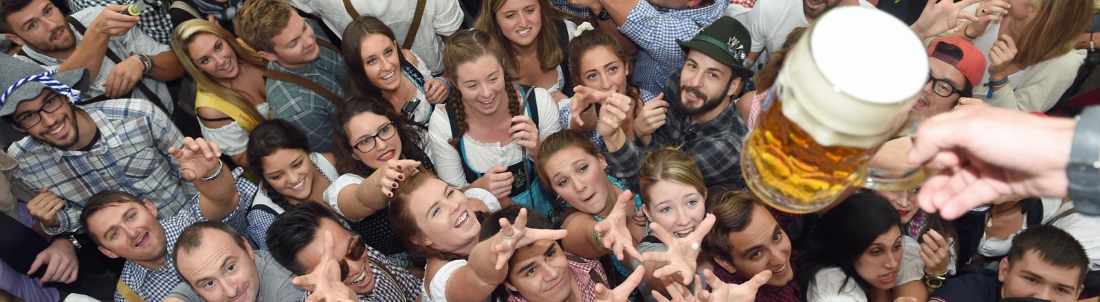 Gäste feiern am 19.09.2015 in München (Bayern) zum Beginn des Oktoberfestes im Hofbräuzelt