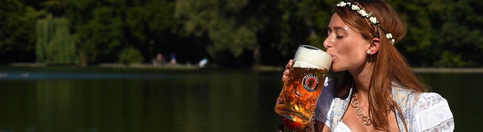 essica Kühne posiert in einem Dirndl am 29.08.2015 in München (Bayern) im Biergarten am Seehaus am Kleinhesseloher See im Englischer Garten mit einem Bier.
