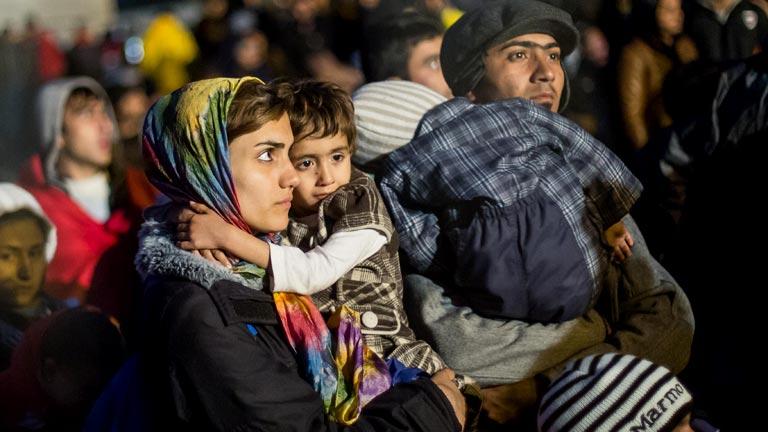 Flüchtlinge warten am 29.10.2015 an der Grenze zur Österreich in Sentilj (Slowenien). Die Asylsuchenden sollen in Notunterkünfte gebracht werden.