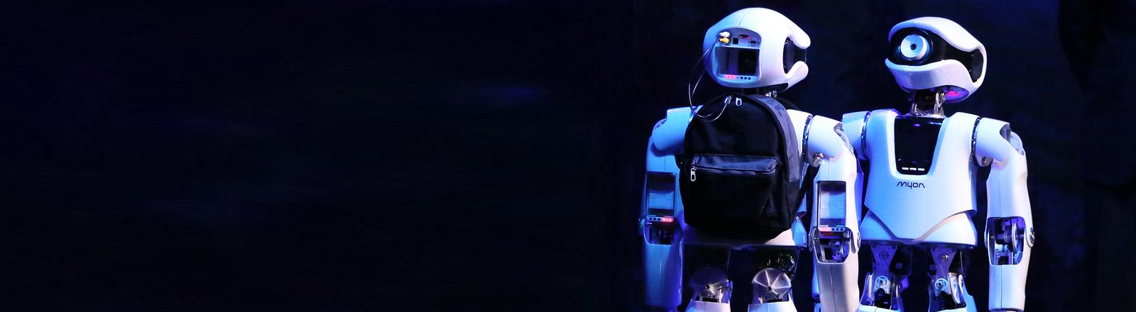 """Roboter Myon (M. l) begegnet am 18.06.2015 in Berlin bei der Probe zur Oper """"My Square Lady"""" auf der Bühne der Komischen Oper einem baugleichen Modell."""