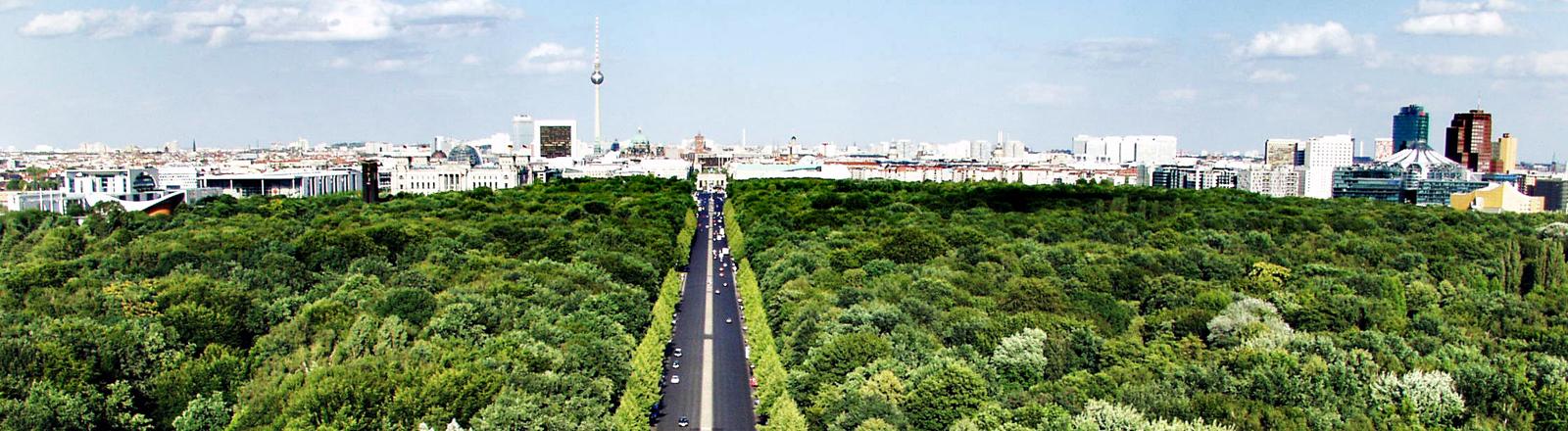 Eine Straße im Grünen führt Richtung Berlin.