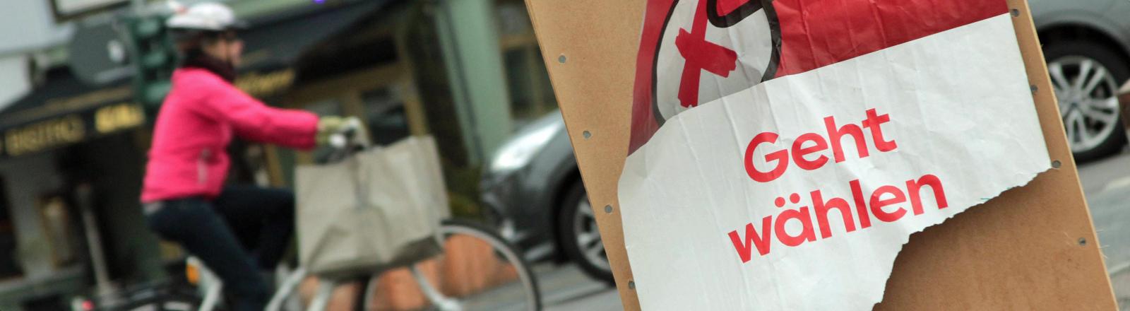 """Auf einem zerrupften Plakat steht """"Geht wählen""""."""