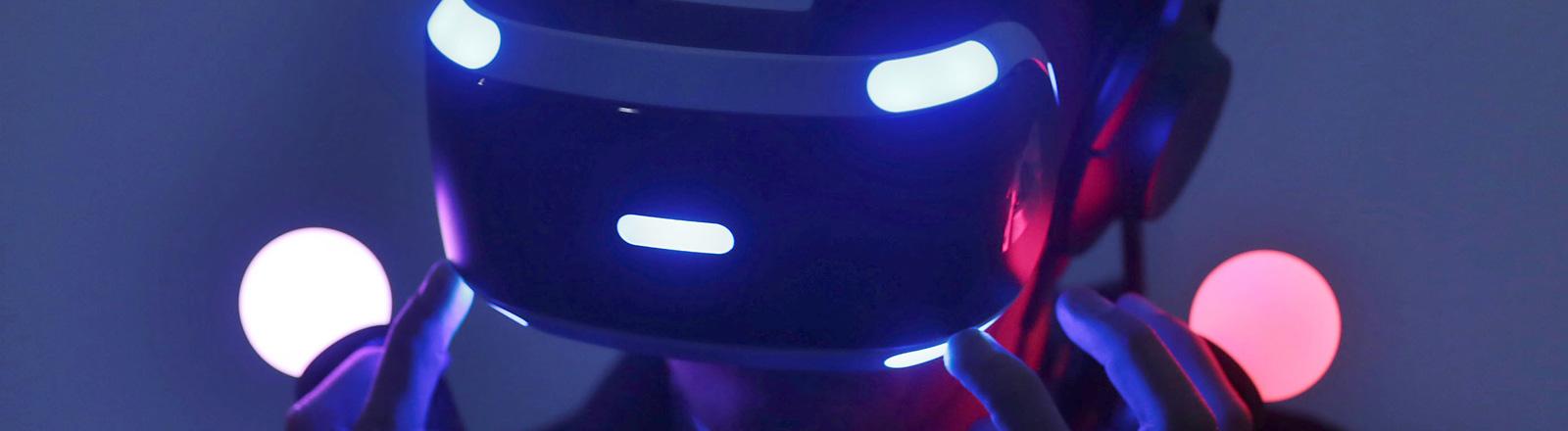 in Fachbesucher testet am 17.08.2016 in Köln (Nordrhein-Westfalen) auf der Spielemesse Gamescom mit einer VR-Brille
