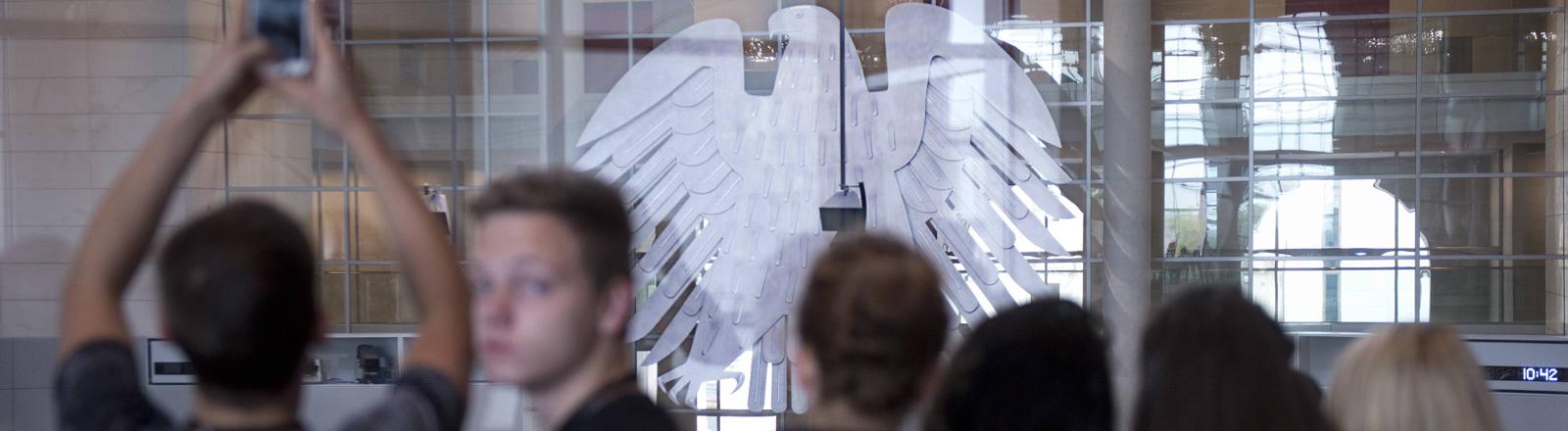 Jugendliche vorm Plenarsaal des Deutschen Bundestages in Berlin 10.09.2014