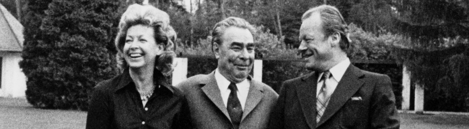 Der Generalsekretär der KPdSU, Leonid Breschnew, verbringt den Nachmittag und Abend des 20.05.1973 als Gast von Bundeskanzler Willy Brandt und dessen Gattin Rut in der Kanzlervilla in Bonn. Sie stehen nebeneinander im Garten.n.