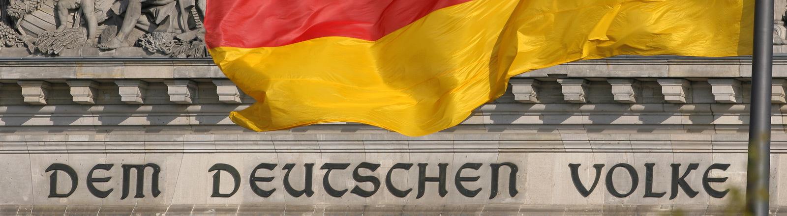 """Reichstagsgebäude mit der Aufschrift """"Dem Deutschen Volke"""""""