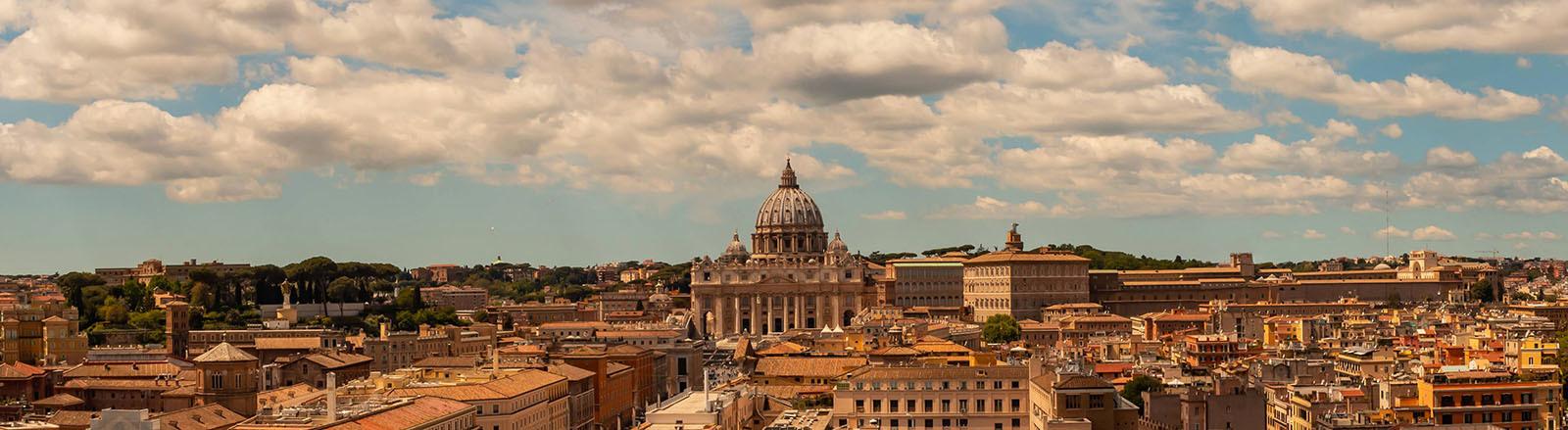 Blick auf Rom mit dem Petersdom.