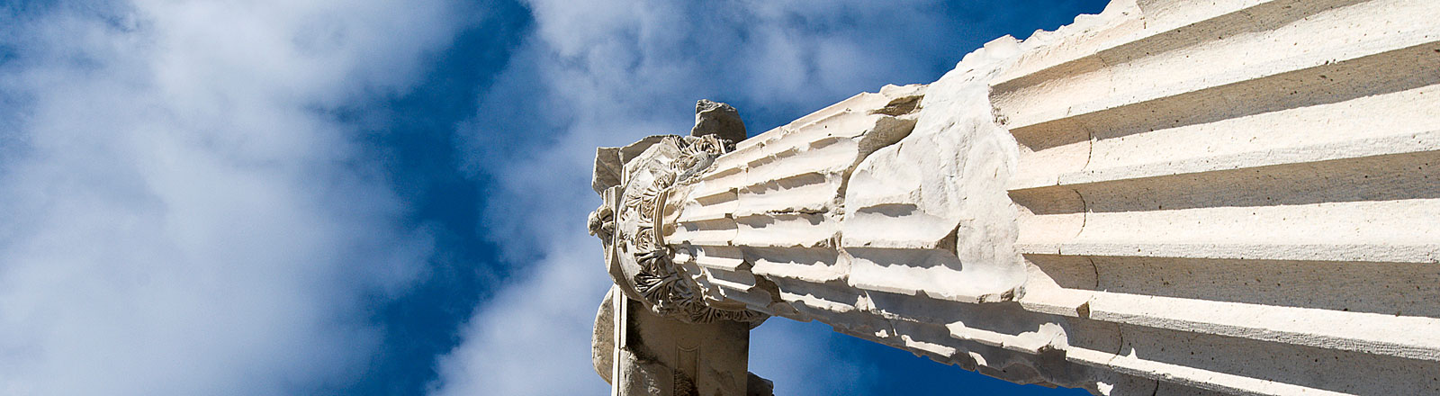 Eine antike Säule ragt in den blauen Himmel, Bild: dpa
