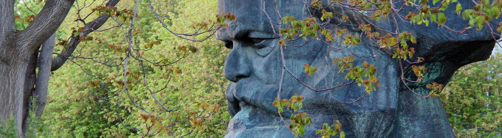 Karl-Marx-Statue in einem Garten