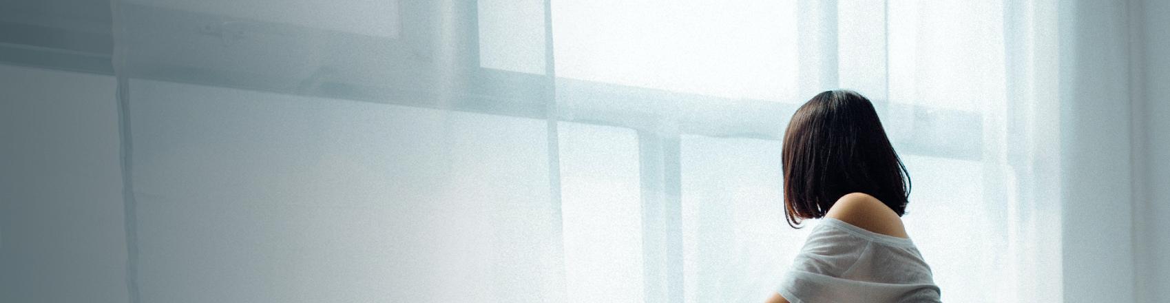 Eine Frau guckt aus einem Fenster