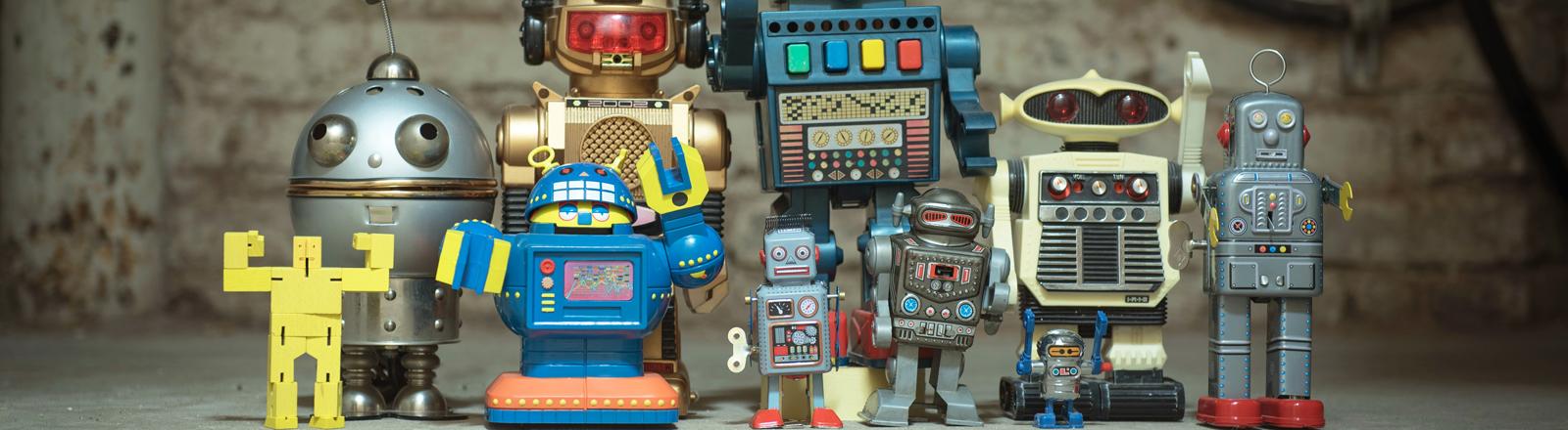 Roboter, die in einer Reihe stehen.