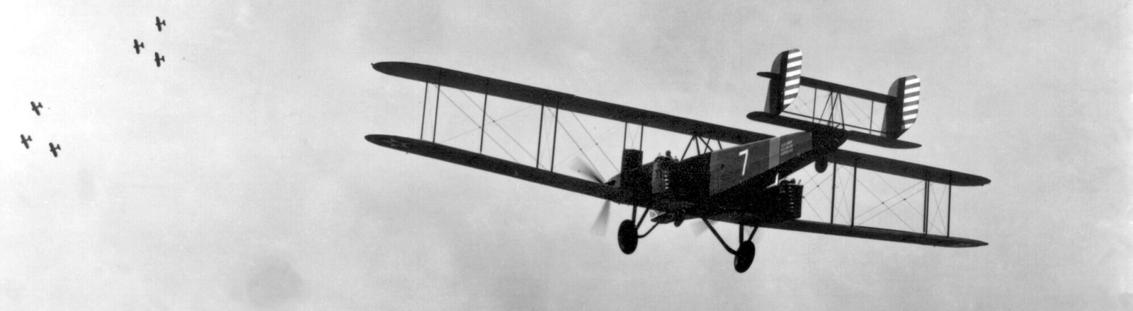 Eine Staffel B-2 Doppeldecker aus dem 1. Weltkrieg im Formationsflug (undatierte Aufnahme).