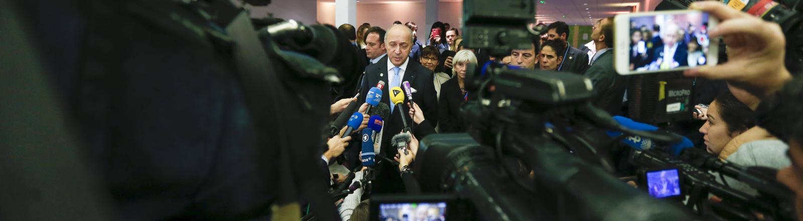 Medien und Klimawandel: Der französische Außenminister und Präsident der Klimakonferenz COP21 Laurent Fabius gibt am Tagungsort Le Bourget in der Nähe von Paris am 11.12.2015 ein Statement