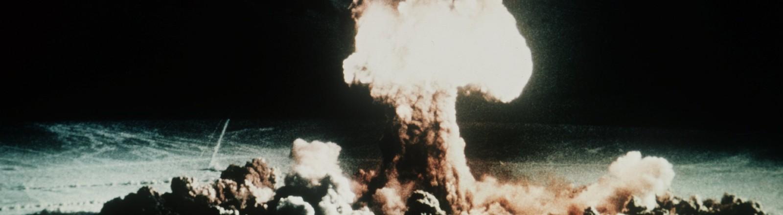 Ein Atompilz steigt nach der Explosion einer Atombombe über dem Testgelände in der Wüste von Nevada auf. (Undatiert).