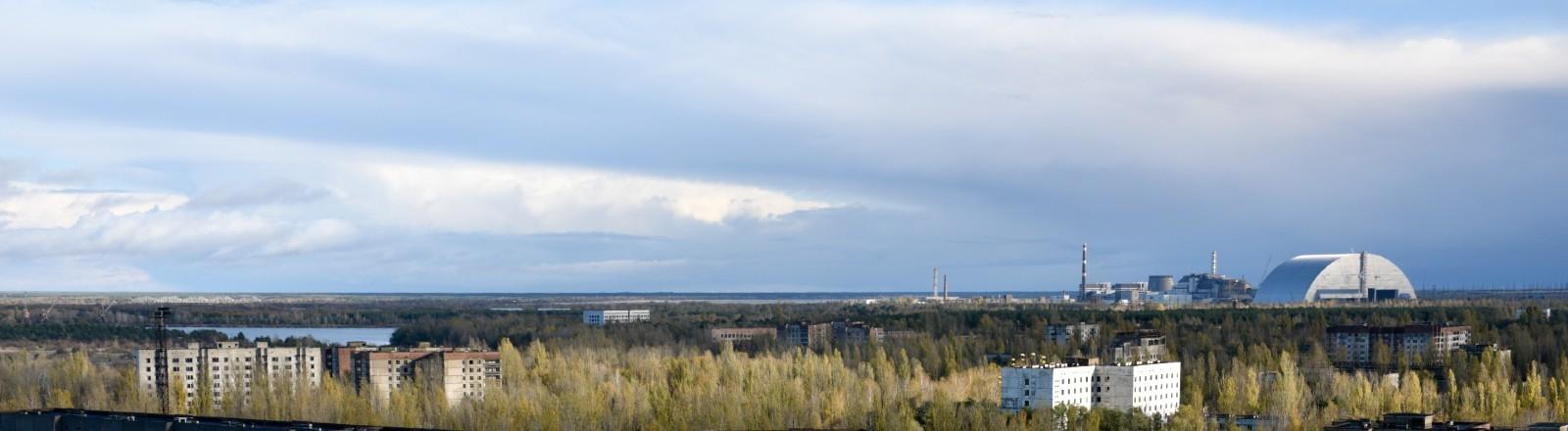 Blick auf das New Safe Confinement – die neue Schutzhülle über dem alten Sarkophag des Kernkraftwerkes Tschernobyl.
