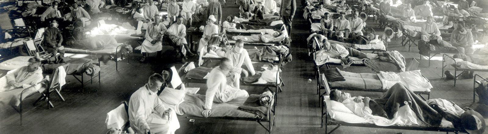 Grippe-Pandemie: atienten, die an der Spanischen Grippe erkrankt sind, liegen in Betten eines Notfallkrankenhauses im Camp Funston der Militärbasis Fort Riley in Kansas, USA