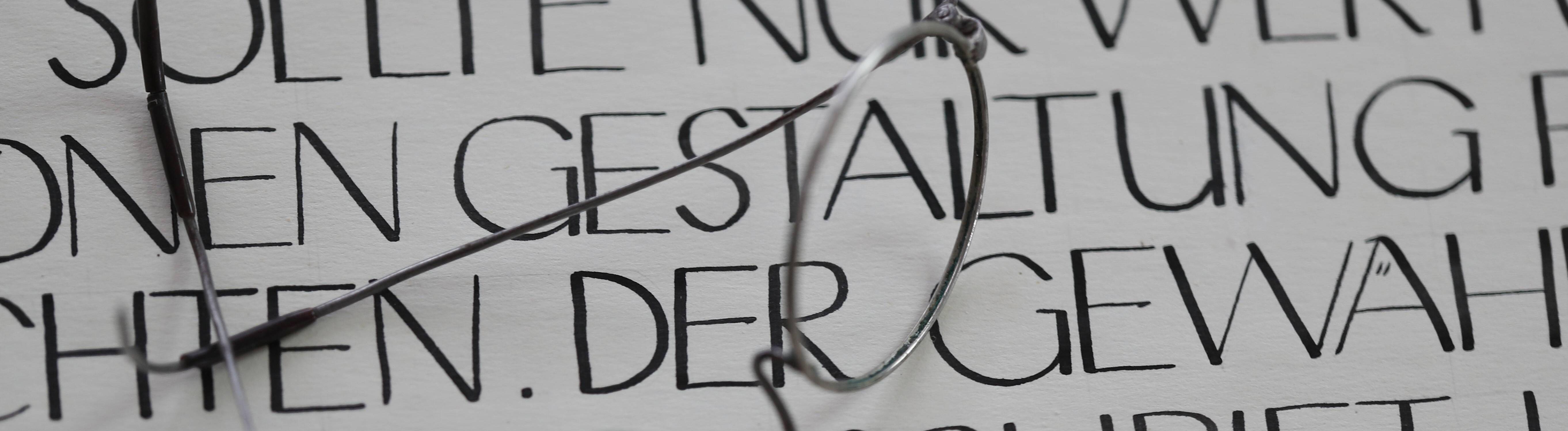 Eine Brille und Wörter