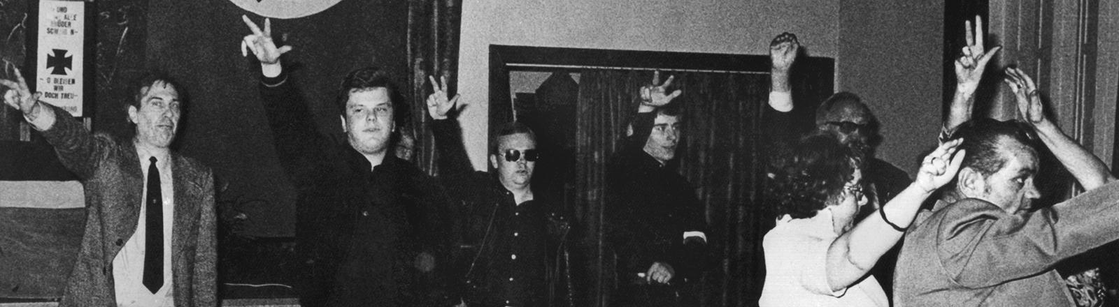 """Teilnehmer eines Treffens der rechtsradikalen Aktionsfront Nationaler Sozialisten während eines Treffens im Juli 1978. Zweiter von links der Vorsitzende der """"ANS"""", der ehemalige Bundeswehr-Leutnant Michael Kühnen"""